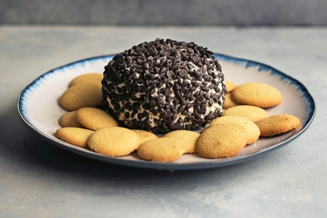 How to Make a Cannoli Cheese Ball (Video)
