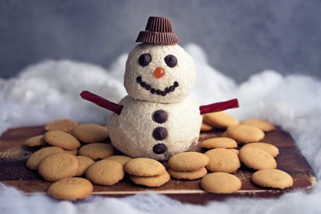 How to Make a Cheesecake Snowman Cheese Ball (Video)