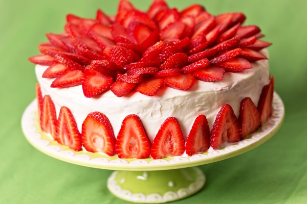 white cake with strawberries easy strawberry cake with white chocolate cheese 1308