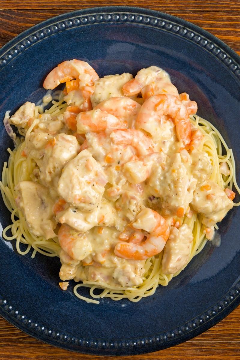 Copycat Olive Garden Chicken and Shrimp Carbonara | KitchMe