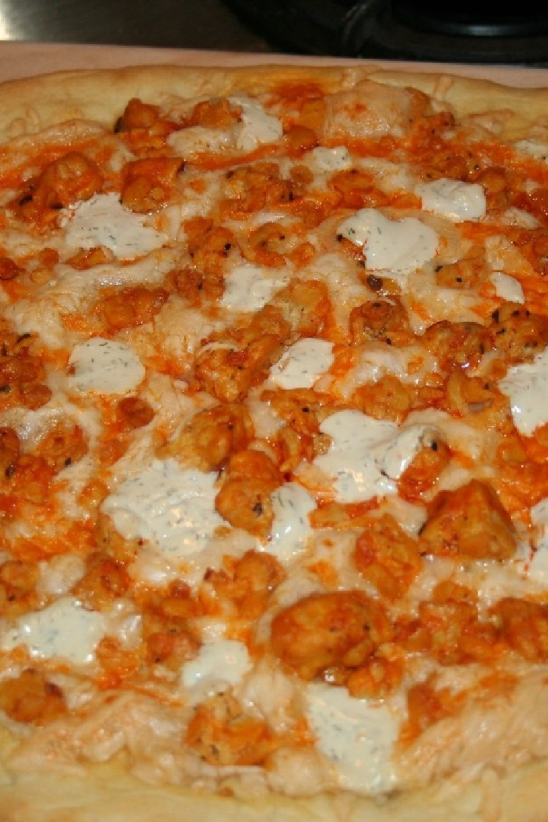 spicy buffalo chicken pizza with blue cheese crumbles kitchme. Black Bedroom Furniture Sets. Home Design Ideas