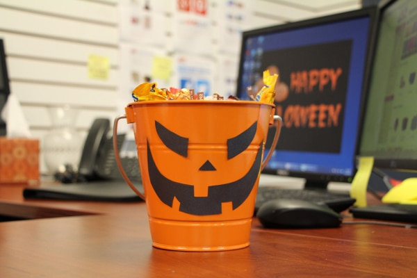 8 ways to show your halloween spirit in the office - Office Halloween Decor