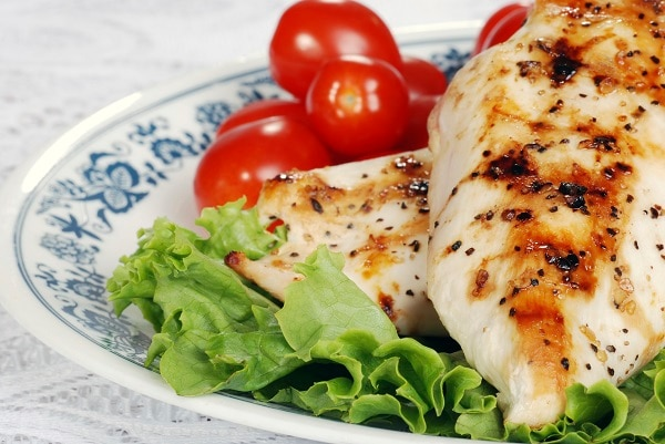 macro grilled chicken with lettuce and tomatoes
