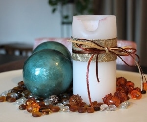 candle with ribbon and pebbles centerpiece