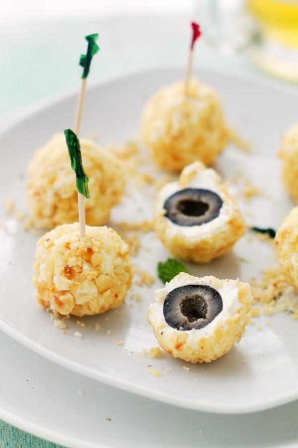 Easy Halloween Appetizers: Olive Eyeballs | thegoodstuff