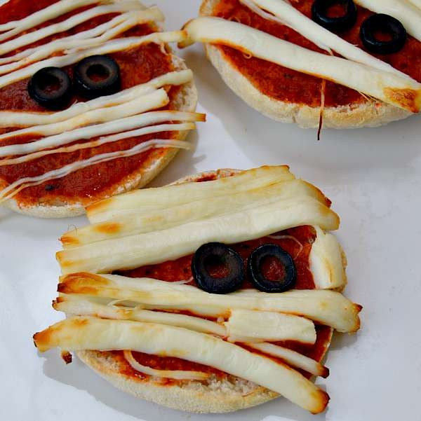 Halloween Dinner Ideas: Yummy Mummy Pizzas| thegoodstuff