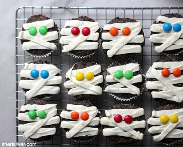 12 Halloween Cupcakes You'll Be Too Scared to Eat!: Mummy Cupcakes   thegoodstuff
