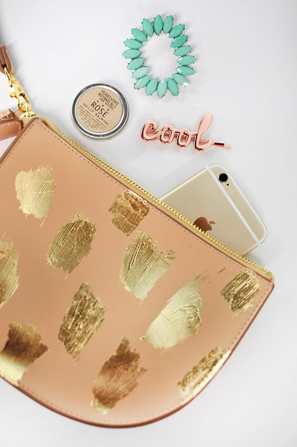 10 Inexpensive DIY Christmas Gifts: Gold Foil Clutch | thegoodstuff