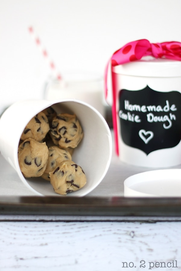 20 Tips for Packaging Christmas Cookies: Frozen Cookie Dough Containers | thegoodstuff